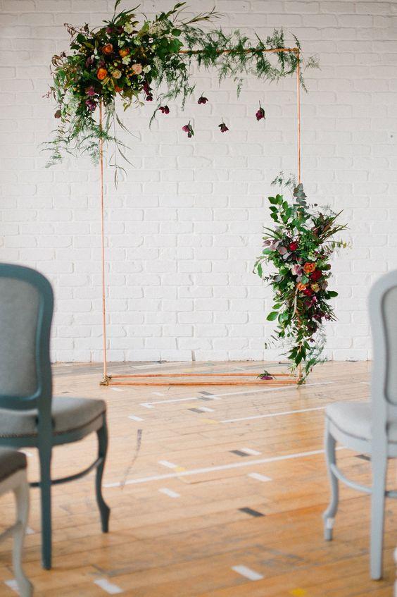 Altar sala flores y butacones